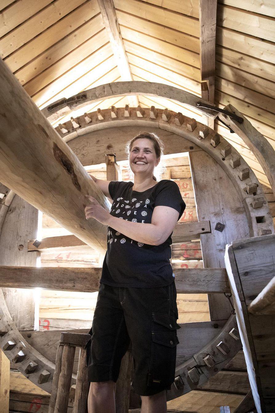Turkansaaren tuulimyllyn koneisto kertoo entisaikain rakentajien ammattitaidosta, museomestari, restarointialan ammattilainen Henna Rantakeisu toteaa.