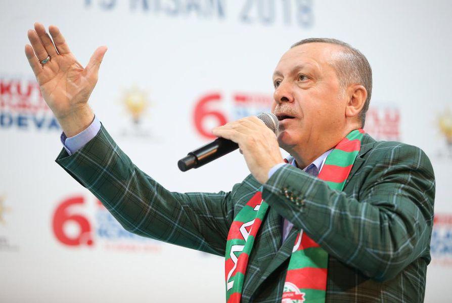 Valiokunnan puheenjohtajan Matti Vanhasen (kesk.) johtama suomalaisseurue yritti päästä Turkin presidentin Recep Tayyip Erdoganin (kuvassa) puheille. Tämä tavoite ei kuitenkaan onnistunut.