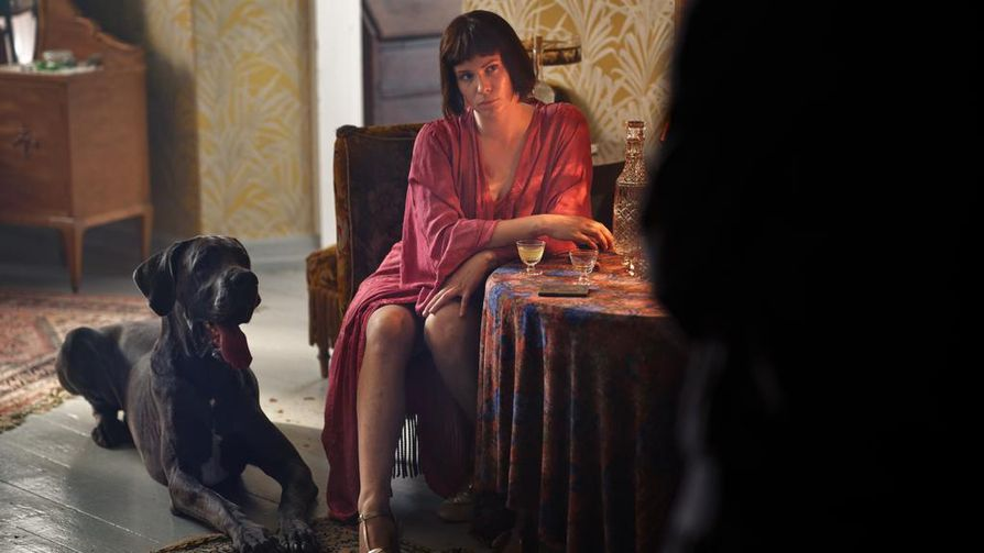 Pihla Viitala näyttelee karismaattista lahkojohtajaa Maria Åkerblomia elokuvassa Marian paratiisi.