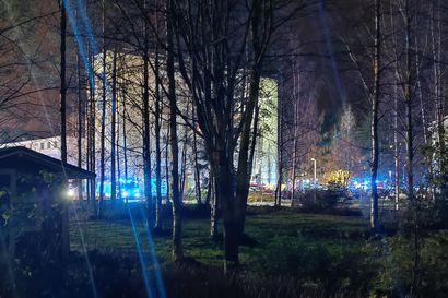 Kerrostalon väestönsuojatilat leimahtivat liekkeihin Rajakylässä torstai-iltana – osa asukkaista poistui yöpymään muualle