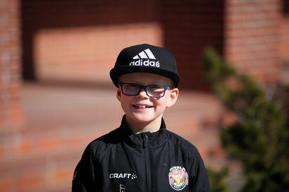 Nivalalainen poika soitti sinnikkäästi kaupunginjohtajan ovikelloa liikeasioilla – Nyt Nico Pääkkö, 9, käynnistää polttopuubisneksen
