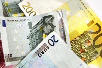 Suomalaiselta palkansaajalta vie 47 työpäivää kerryttää suuren pörssiyhtiön toimitusjohtajan yksi päiväpalkka – Pomojen palkat kirivät yhä kauemmas