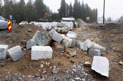 Kivi Kiinasta ja Portugalista – uutta reunakiveä Pudasjärven liikennejärjestelyissä liki kolme kilometriä.
