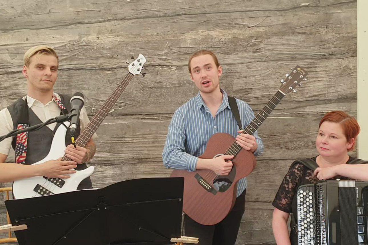 Musiikki on Häräntappoaseessa tärkeässä roolissa – Näytelmän bändi esittäytyy