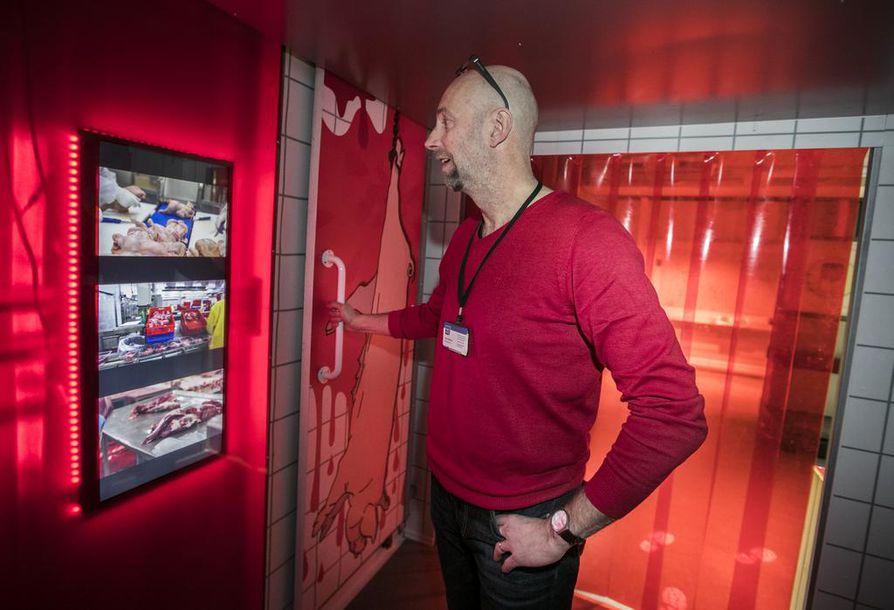 Mistä liha tulee? Herkimpiä järkyttävässä kohteessa näkee videolta, miten broilerit, possut ja naudat päätyvät teurastamon eri vaiheiden kautta valmiiksi lihatuotteiksi, esittelee näyttelyvastaava Jukka Pitkänen.