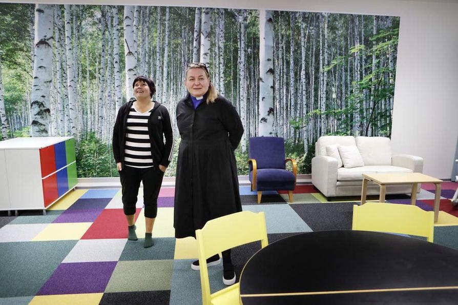 Seurakunnan työntekijät Maaret Sulkala (vas.) ja Sari Meriläinen  odottavat innolla, millaiseksi Hiuskan toiminta muodostuu.