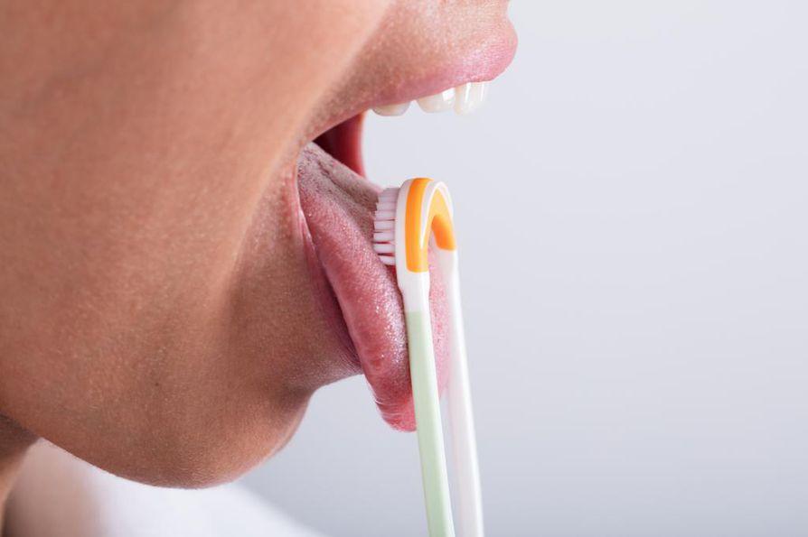 Kielen pinta kannattaa puhdistaa, jotta uurteisiin ja rihmanystyjen väliin jäävä ruoka ja bakteerit eivät aiheuta pahanhajuista hengitystä tai tulehdusta.