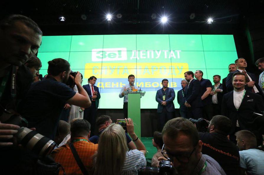 Ukrainan presidentti Volodymyr Zelenskyin puolue seurasi vaalitulosta sunnuntaina. Puolue selviytyi vaaleista voittajana ja saa enemmistön maan parlamentissa.