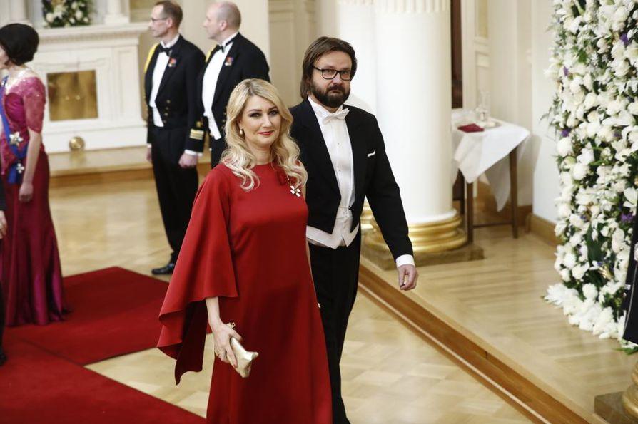 kansanedustaja Maria Guzeninan punainen puku kiinnitti huomiota. Hän saapui Linnaan puolisonsa Kari Mokon kanssa.