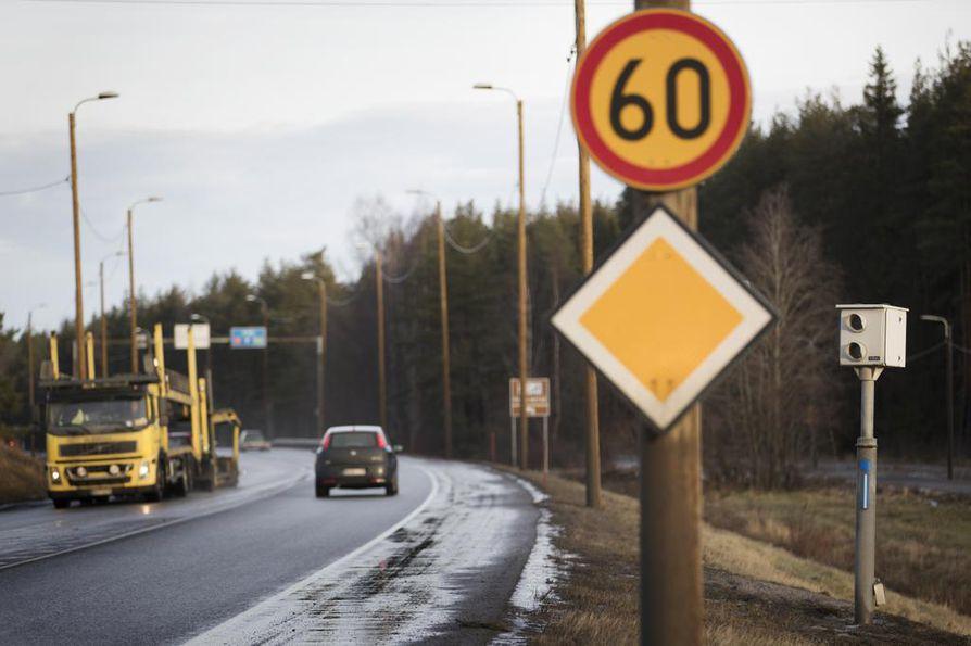 Ylinopeuksiin reagoiva peltipoliisi on välähtänyt ulkomaan kilvissä olevien ajoneuvojen kohdalla Suomessa vuosittain yli 20000 kertaa.