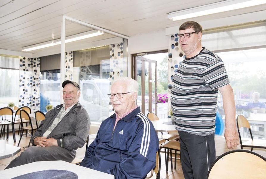 Eero Lassila, Urho Ulander ja Urpo Ojala puivat Seon  pöydässä muun muassa uutisia ja kalastusta.