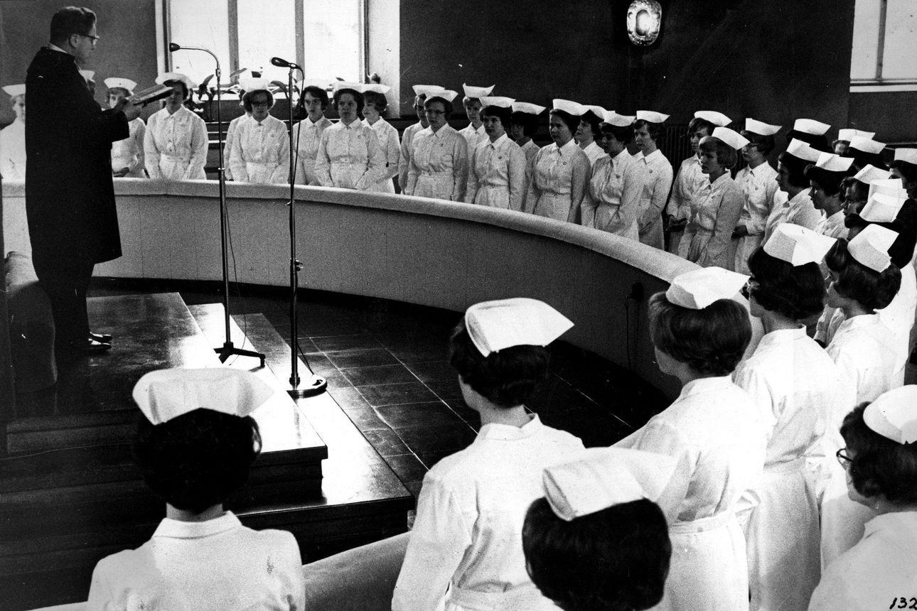 Vanhat kuvat: Oulun uudet sairaanhoitajat antoivat lupauksensa tuomiokirkossa 60-luvulla
