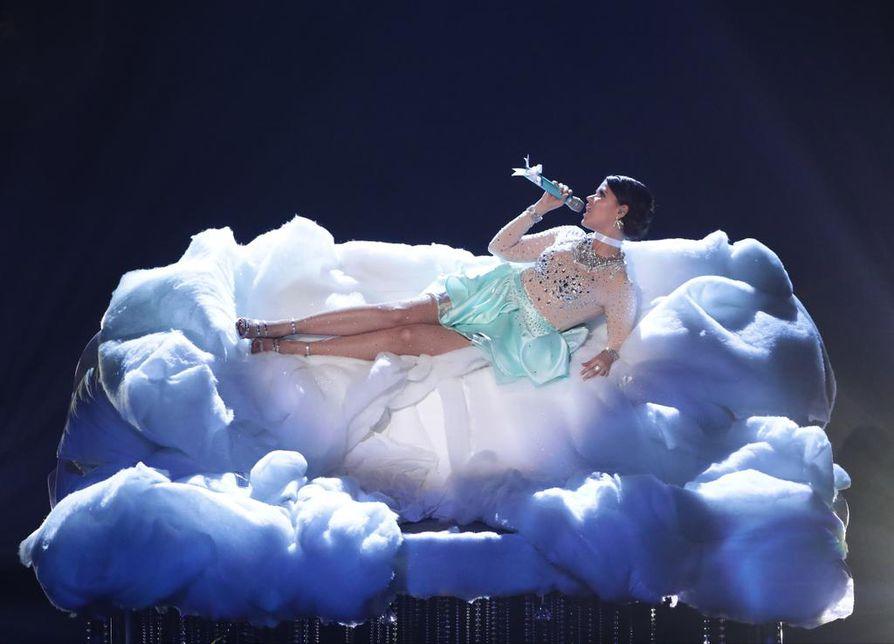 Saara Aalto tuli toiseksi Iso-Britannian The X Factor -ohjelmassa.