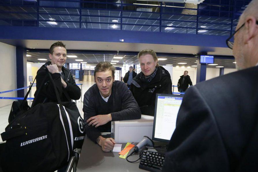 Vuonna 2014 Lauri Marjamäki (vas.) lähdössä Juhamatti Aaltosen ja Lasse Kukkosen kanssa Sotshin olympialaisiin.
