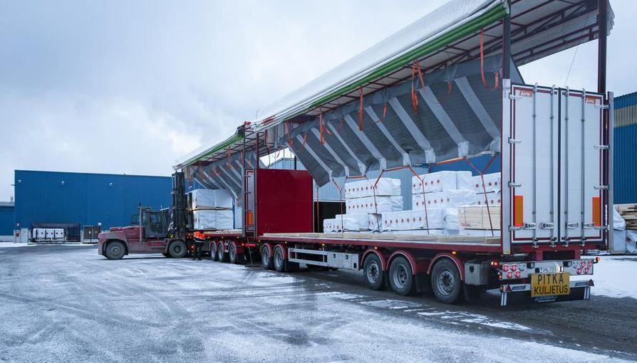 Oulun ja Kemin väliä kulkeva HCT-ajoneuvoyhdistelmä otti mukaan paluumatkalle Ouluun sahatavaraa. Nämä pinkat ovat menossa Casablancaan.
