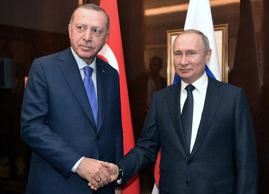 Turkin presidentti Recep Tayyip Erdogan ja Venäjän presidentti Vladimir Putin tapasivat Berliinissä sunnuntaina. Viime viikolla sotapäällikkö Khalifa Haftar lähti Moskovan neuvotteluista allekirjoittamatta aseleposopimusta.