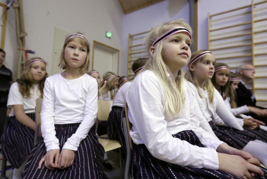 Kuorolaisia koulun satavuotisjuhlassa.