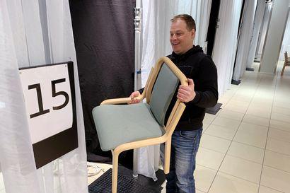 Koronarokotettavat istahtavat Torniossa festarijärjestäjien pystyttämiin tuoleihin – Pandemian siirtämät yleisötapahtumat on yritetty korvattu uusilla töillä