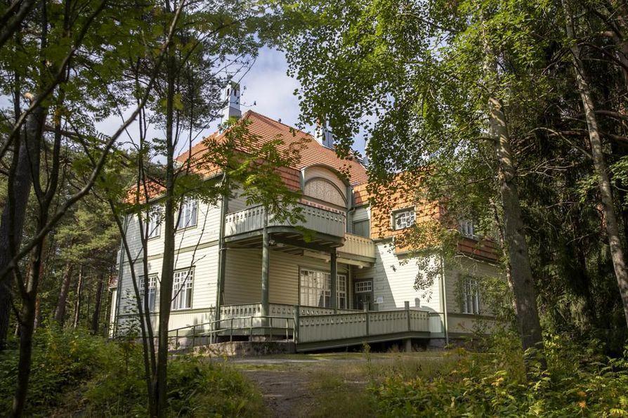 Hermola on V.J. Sucksdorffin vuonna 1907 suunnittelema ja vuonna 1909 valmistunut entinen hermosairaala. Ennen Mielenterveyskeskus Tuikea rakennuksessa oli Tuiran neuvola.