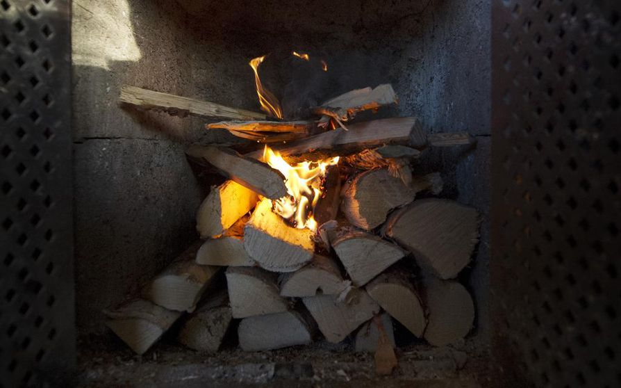 Talven lähestyessä takan- ja uuninlämmitys ja sen seurauksena myös puun polttamisesta syntyvän tuhkan ja hiilen määrän lisääntyy. Tuhkan huolellinen jäähdyttäminen on oleellista, sillä hiilet voivat säilyä tuhkassa hehkuvina useiden päivien ajan. Kuvituskuva.