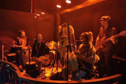 Perjantaina otetaan käyttöön Kuusamon uusi tapahtuma-alue: oululaisen Group Calabassen musiikissa yhdistyvät suomalaisen kansanperinne ja länsiafrikkalaiset rytmit