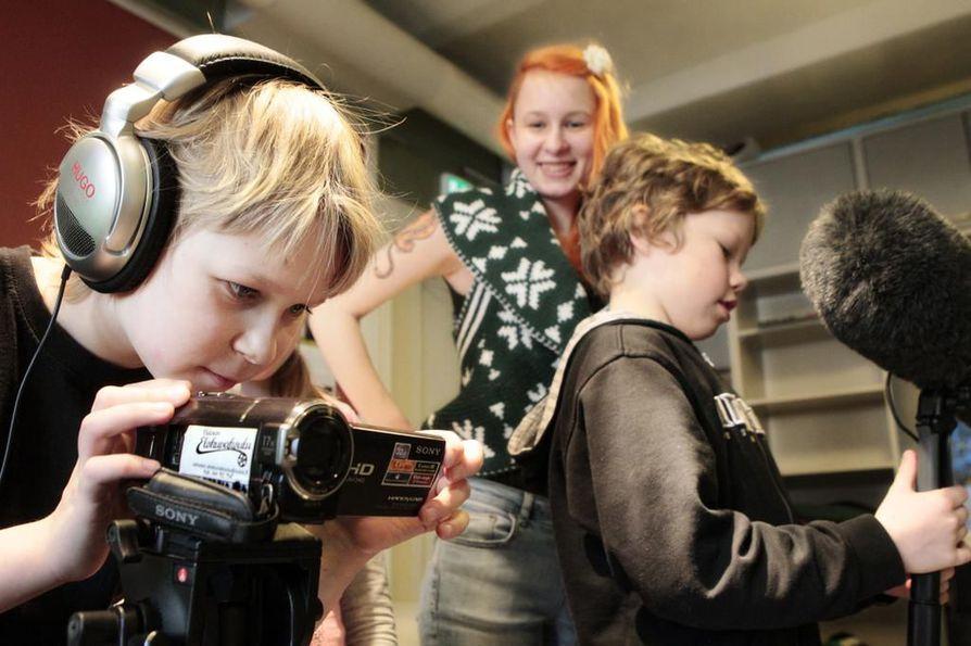 Tämä kuva on otettu, kun Valveen elokuvakoulu täytti kymmenen vuotta 2013. Elokuvakoulun Pikseli-klubilla tekivät tuolloin omaa elokuvaa Aaron Hyrkäs (vas.) ja Eemeli Keränen. Keskellä ohjaaja Elizaveta Antonova.
