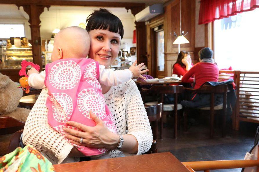 Kansanedustaja Kristiina Salonen (sd.) on kertonut avoimesti synnytyksen jälkeisestä pahasta olostaan.