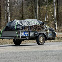 Uusi tieliikennelaki nostaa jarruttomien perävaunujen maksiminopeuden 100 kilometriin tunnissa – Moottori-lehden testissä yhden perävaunun akseli ei kestänyt väistöliikettä