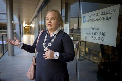 """""""Meillä on yli tuhannen ihmisen joukkue ja me hyökkäämme"""", sanoo yli 1200 nimeä Oulunsalon hammashoitolan säilyttämiseksi kerännyt Johanna Henriksson"""