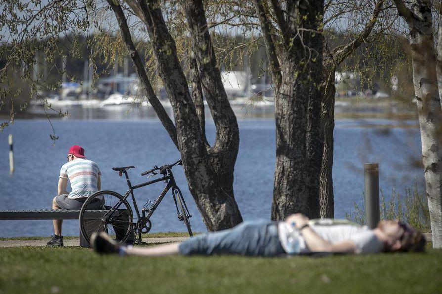 Oulun mittausasemalla lämpötila nousi lähelle hellelukemia. Kaupunkilaiset nauttivat lämpimästä vapaapäivästä puistoissa ja rannoilla.