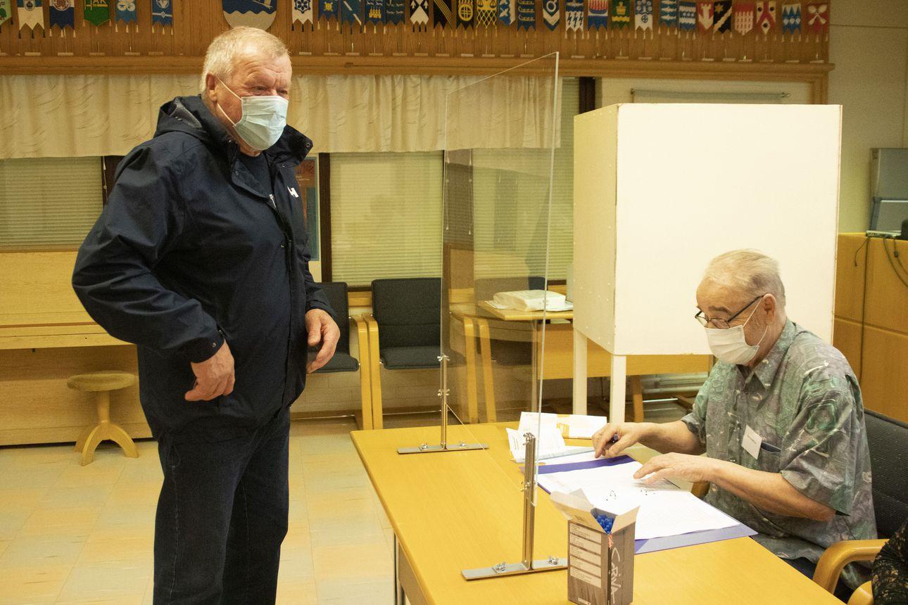 Vaalihuoneiden ovet ovat avautuneet –Eero Niiraselle vaalipäivänä äänestäminen on perinne