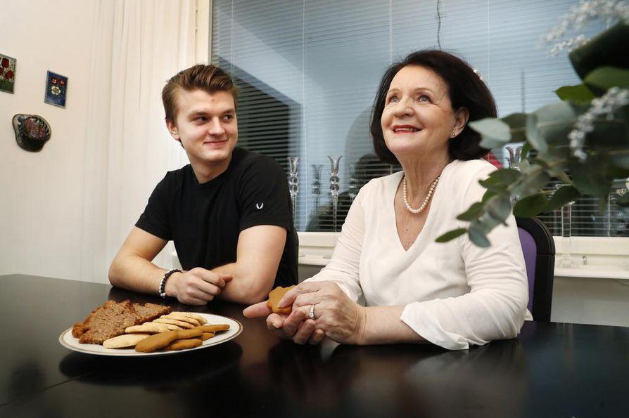 Kivihalmeen isoäiti Tyyne Marja Hassi pitää itseään etuoikeutettuna, kun hän saa tehdä ruokaa ja viettää aikaa pojanpoikansa kanssa.