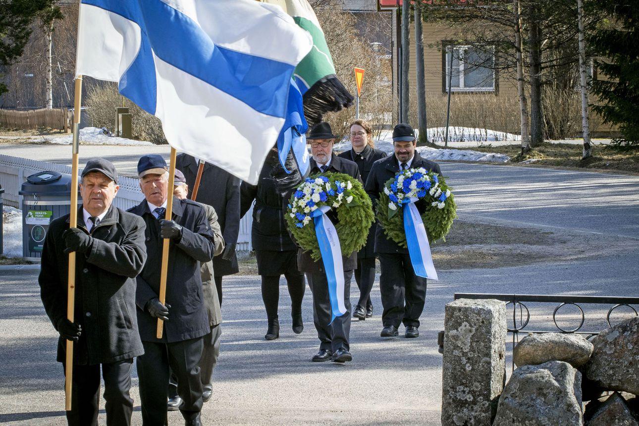 Lumijoella laskettiin Kansallisen veteraanipäivän seppele vapaussotureiden ja viime sodissa kaatuneiden muistomerkille – Lumijoella ei ole enää yhtään sotaveteraania elossa