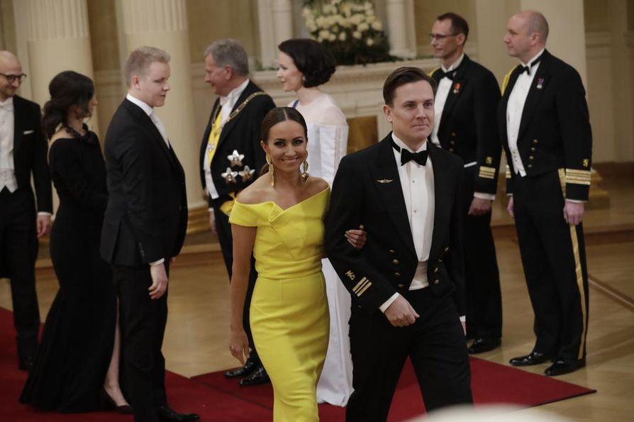 Kansanedustaja Jaana Pelkonen (kok.) on totuttu näkemään Linnan juhlissa upeissa iltapuvuissa. Hän saapui juhliin puolisonsa Niko Ahon kanssa.