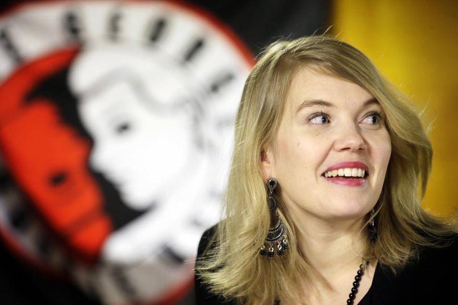 Tuiralainen laulaja-lauluntekijä Tiina Vaattovaara esiintyy arkiviikon päätteeksi ravintola Konst o. Delissä.