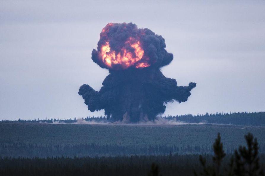 Räjäytys nostaa ilmaan tomua ja maa-ainesta Kittilän Hukkakerossa.