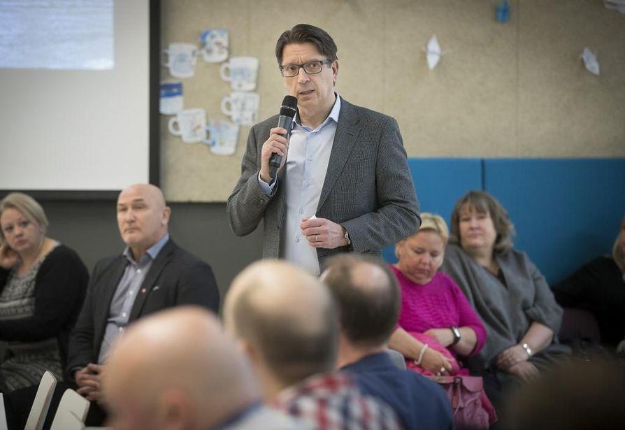 Sivistys- ja kultturijohtaja Mika Penttilä esitteli sivistys- ja kulttuuripalveluiden palveluverkkoselvitystä Talvikankaan koululla torstaina.