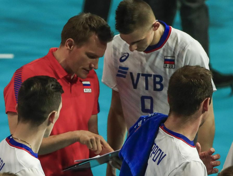 Venäjän päävalmentaja Tuomas Sammelvuo (vas.) sanoi, että peli oli hyvä kokemus joukkueelle.