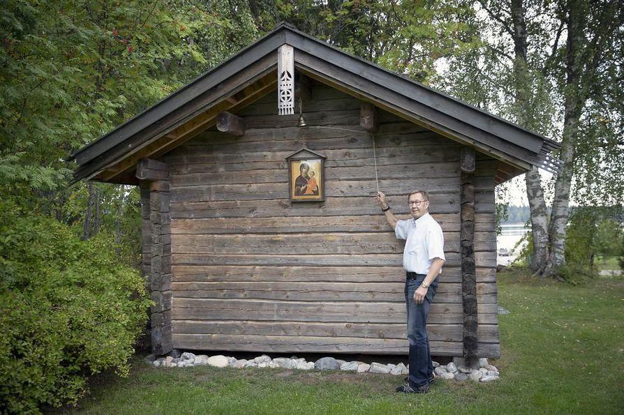 Eeva Tervaskannon maalaama Tihvinän Jumalanäidin ikoni on ripustettu kotitsasounan ulkoseinään. Jussi Tervaskanto soittaa lahjaksi saamaansa vaskikelloa.