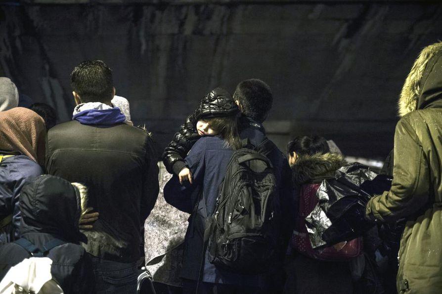 Pariisissa teltoissa asuneet siirtolaiset jonottivat bussikuljetukseen varhain torstaiaamuna. Osaa uhkaa maastakarkotus.