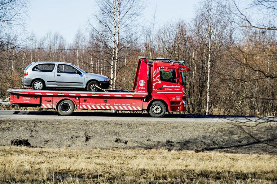 Oulun Hinausautokeskus auttaa pulaan joutuneita autoilijoita pääasiassa noin sadan kilometrin säteellä Oulusta.