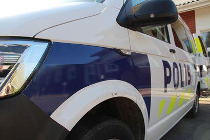 Poliisi seurasi autoharrastajien epävirallista kokoontumista Kalajoella – pieni porukka tapasi rauhallisesti ja lakia noudattaen