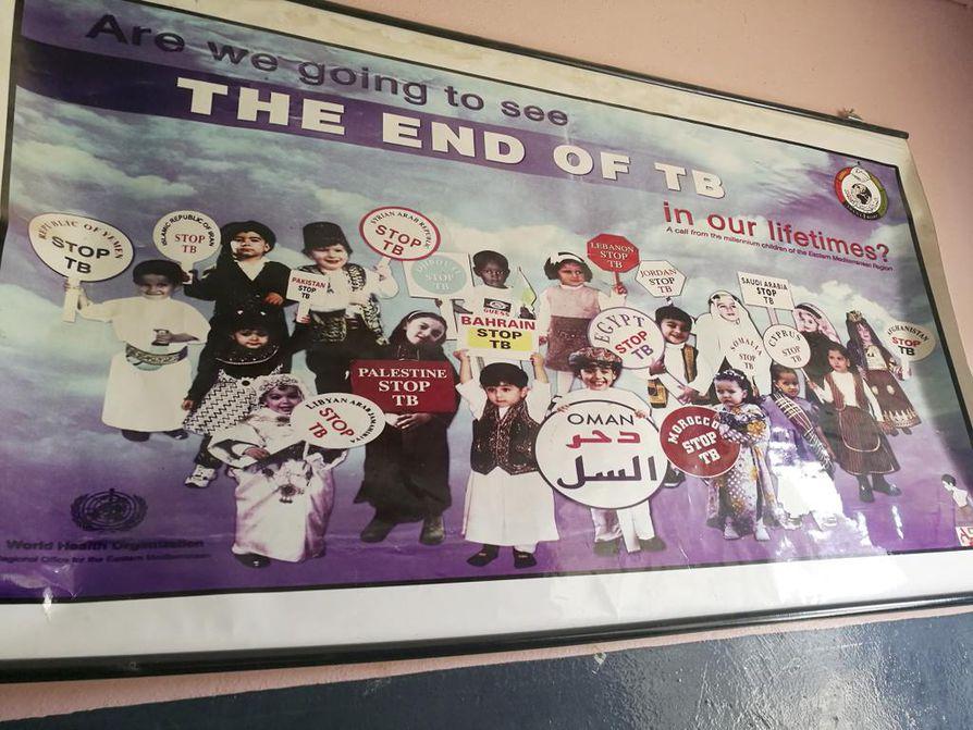 Saadaanko tuberkuloosi nujerrettua, kysyy juliste sairaalan toimiston seinällä.
