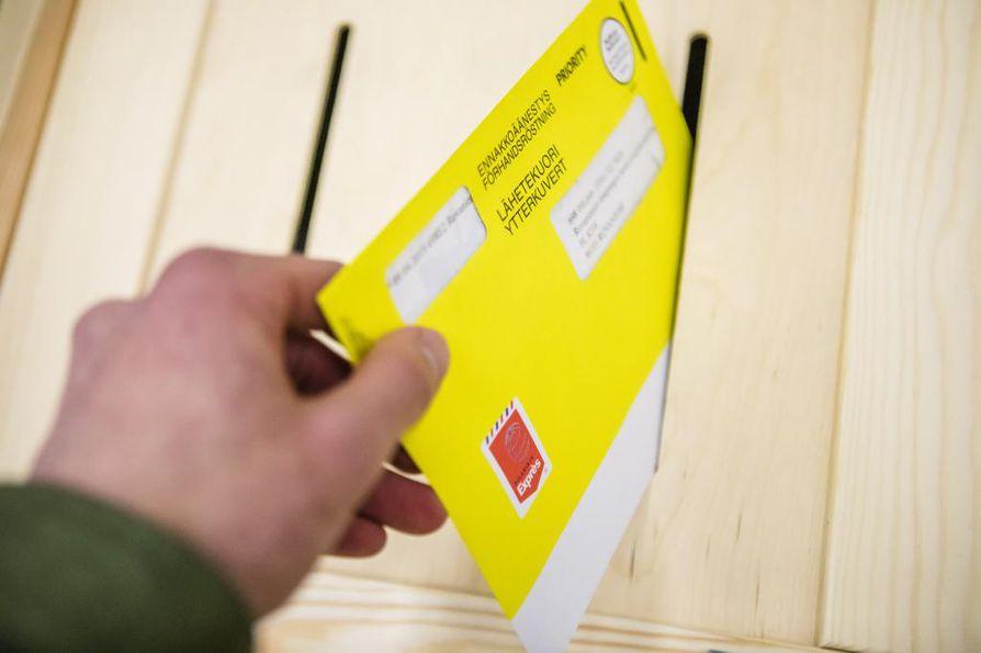 Viranomaiset setvivät eduskuntavaalien ennakkoäänestyksessä Oulussa ilmenneitä ongelmia.