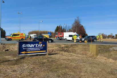 Henkilöauto ja pakettiauto kolaroivat Limingassa kasitiellä, toinen kuljettaja päivystykseen tarkastettavaksi