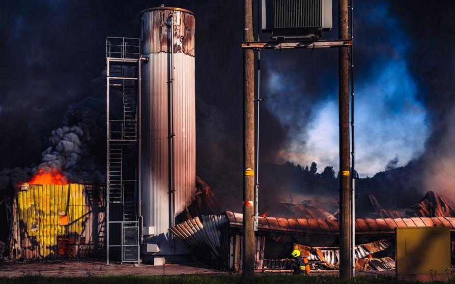 Palosta levisi alueelle myrkyllistä savua. Pelastuslaitos joutui evakuoimaan aikaisin aamulla noin 300 lähitalojen asukasta. He ovat jo päässeet palamaan koteihinsa.