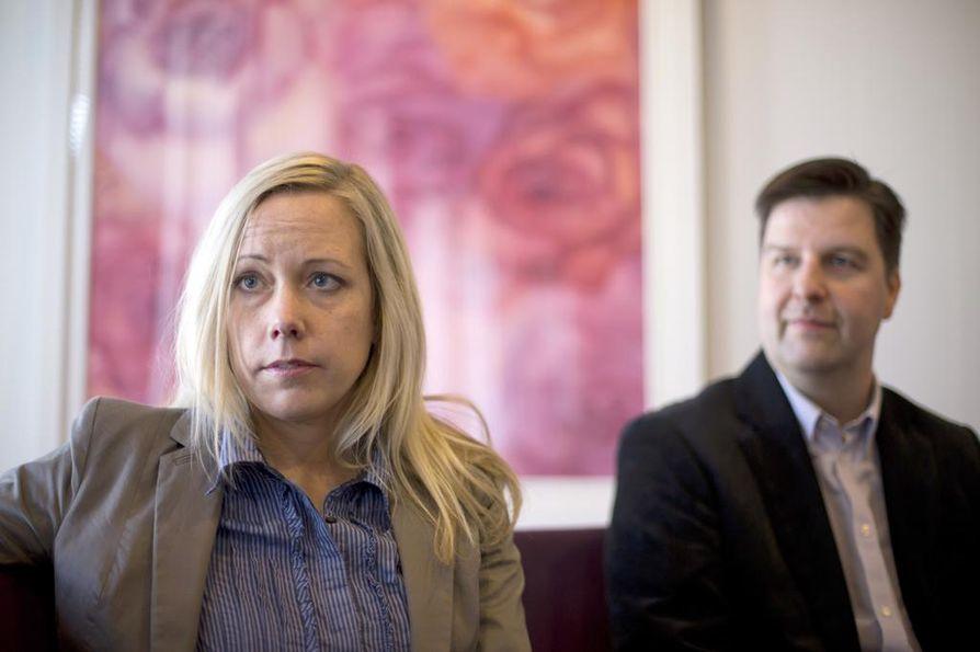 """""""Sosiaalityöntekijöiden sananvapaus näyttää hauraalta"""", Laura Tiitinen sanoo. Arto Kaupin mukaan tutkimuksessa tuli ilmi tapauksia, joissa oli sananvapausrikkomuksiin liittyviä piirteitä."""