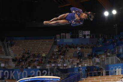 142-senttinen superurheilija Simone Biles on määrittänyt uuden vuosituhannen ylärajat ja puskenut niitä koko ajan korkeammalle – lisää kultamitaleja hamuava yhdysvaltalainen päätyi telinevoimistelun pariin päivähoidon retkipäivänä