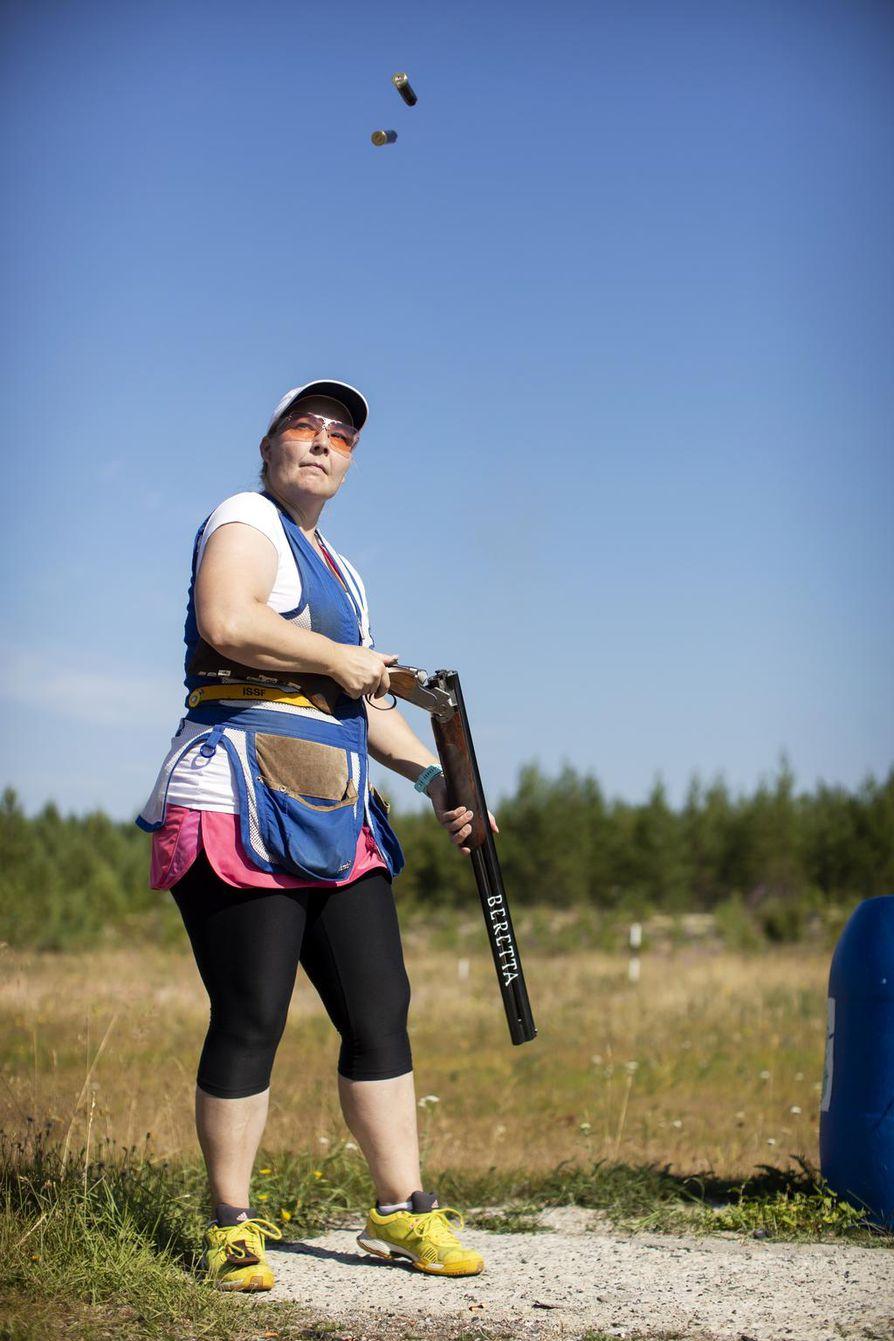 Marjut Heinonen valmentautuu veljensä Esa Heinosen opastuksessa.