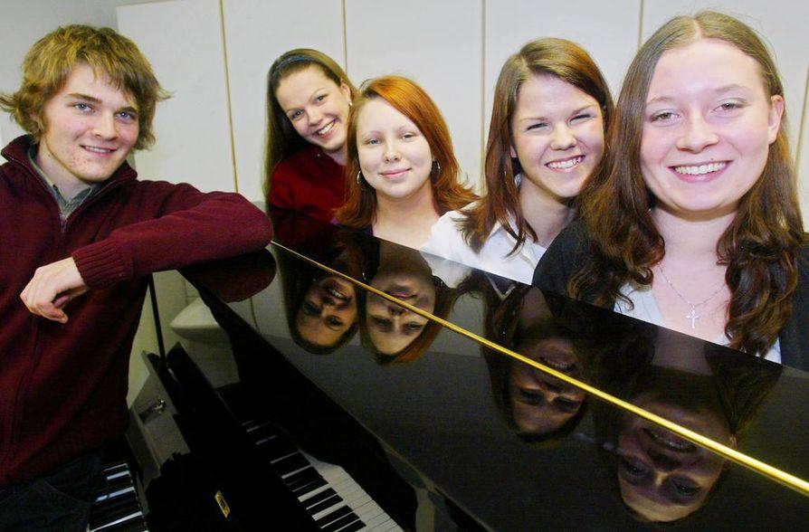 Musiikkilukiolaisten Teemu and the Henkselit-KÖ -kvartettiin kuuluvat Teemu Roivainen (vas.), Jenni Määttä, Riikka Tajakka, Saara Aalto ja Tanja Torvikoski.
